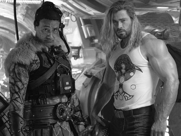 Chris Hemsworth anuncia fim das gravações de Thor: Amor e Trovão