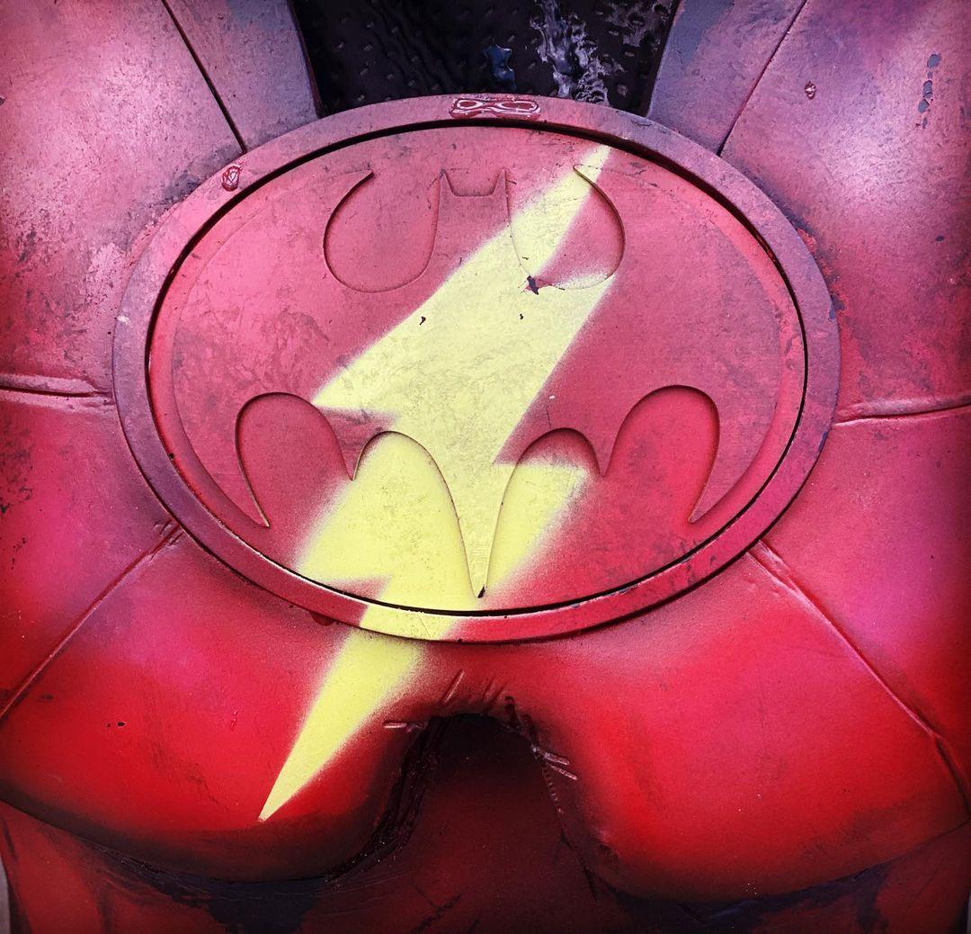 The Flash   Diretor divulga imagem da fusão do traje de Flash e Batman