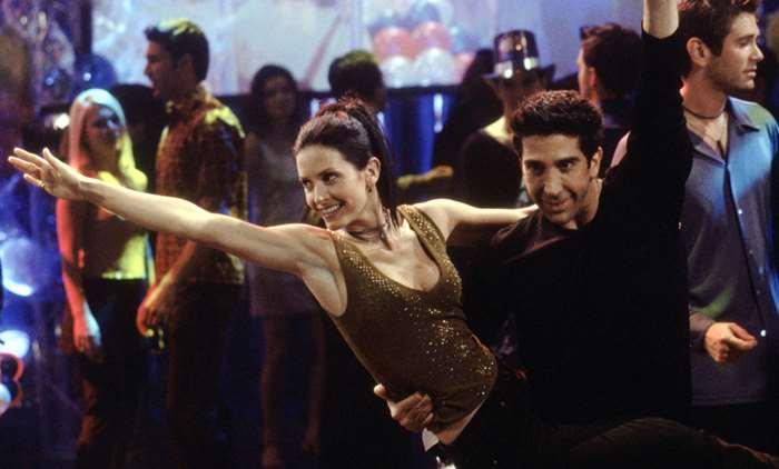 Friends   Courteney Cox e Ed Sheeran recriam a dança de Ross e Monica