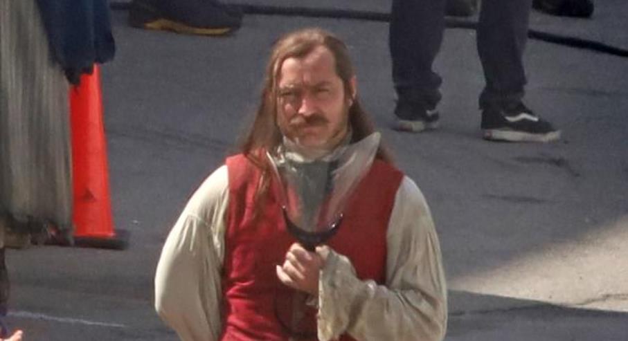 Jude Law aparece como Capitão Gancho nas primeiras fotos do set de Peter Pan & Wendy