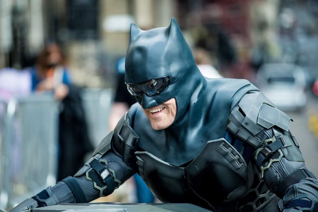 The Flash | Batman é destaque em novas fotos do set | Chippu