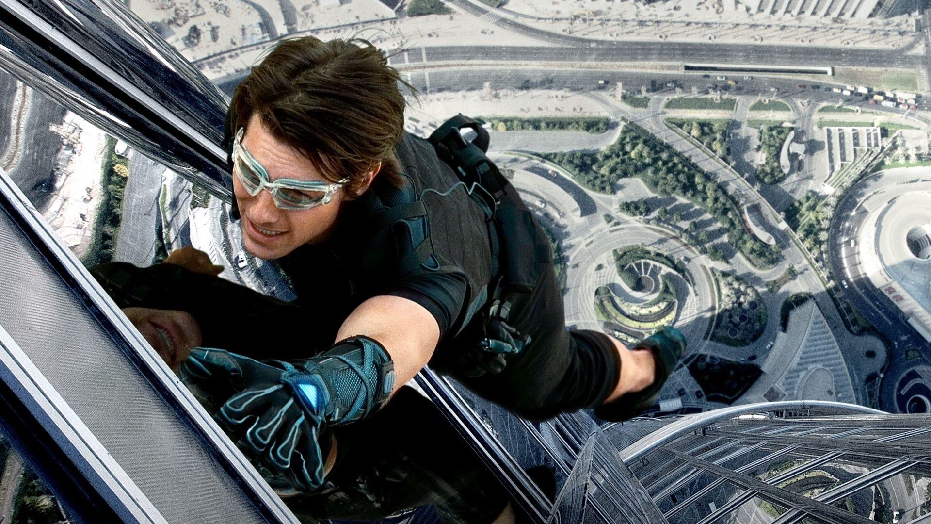 Tom Cruise se pendura em trem de alta velocidade na nova foto de Missão Impossível 7
