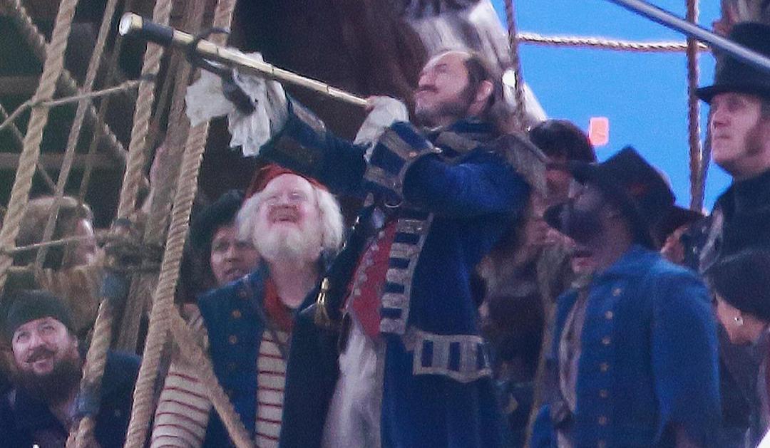 Jude Law como Capitão Gancho é destaque em novas fotos do set de Peter Pan & Wendy